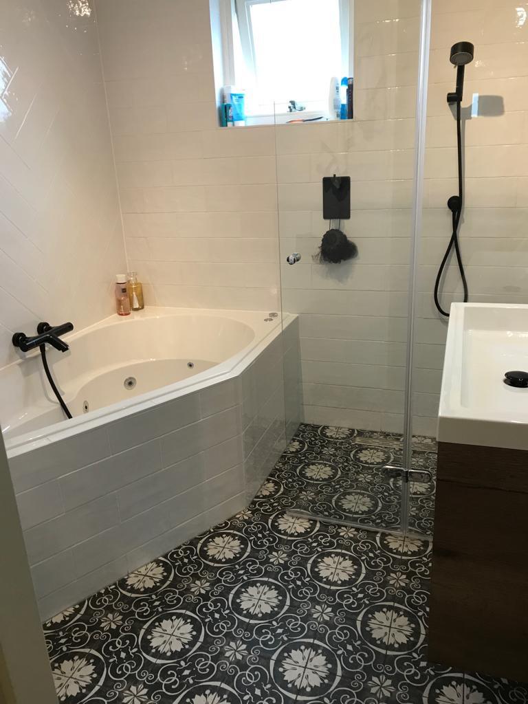 Patroonvloer in een kleine badkamer.