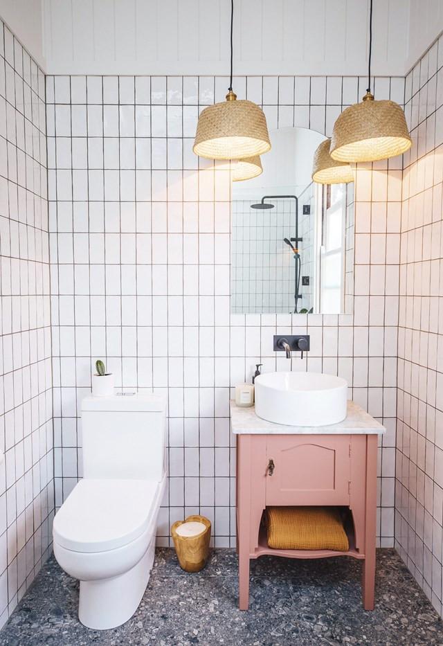 Scandinavische badkamer met terrazzo tegels en witte handgevormde tegels