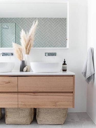 Scandinavische badkamer met visgraat lic