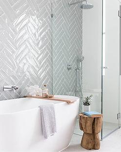 Scandinavische badkamer met visgraat tegels2.jpg