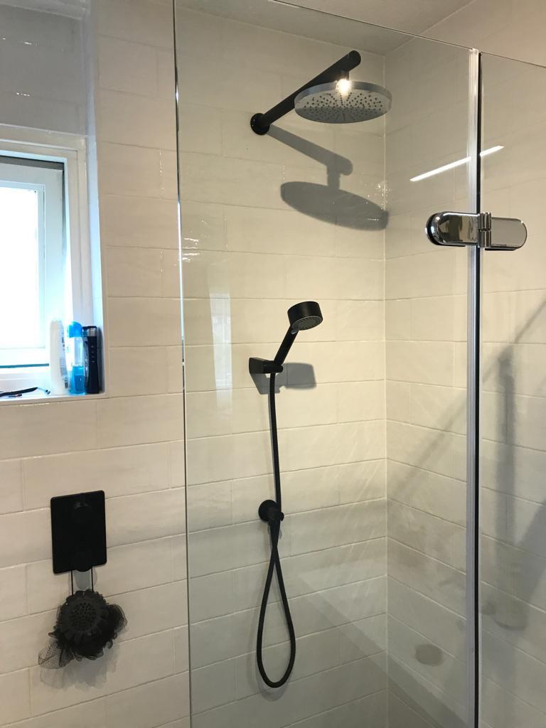 Zwart sanitair in deze kleine badkamer.