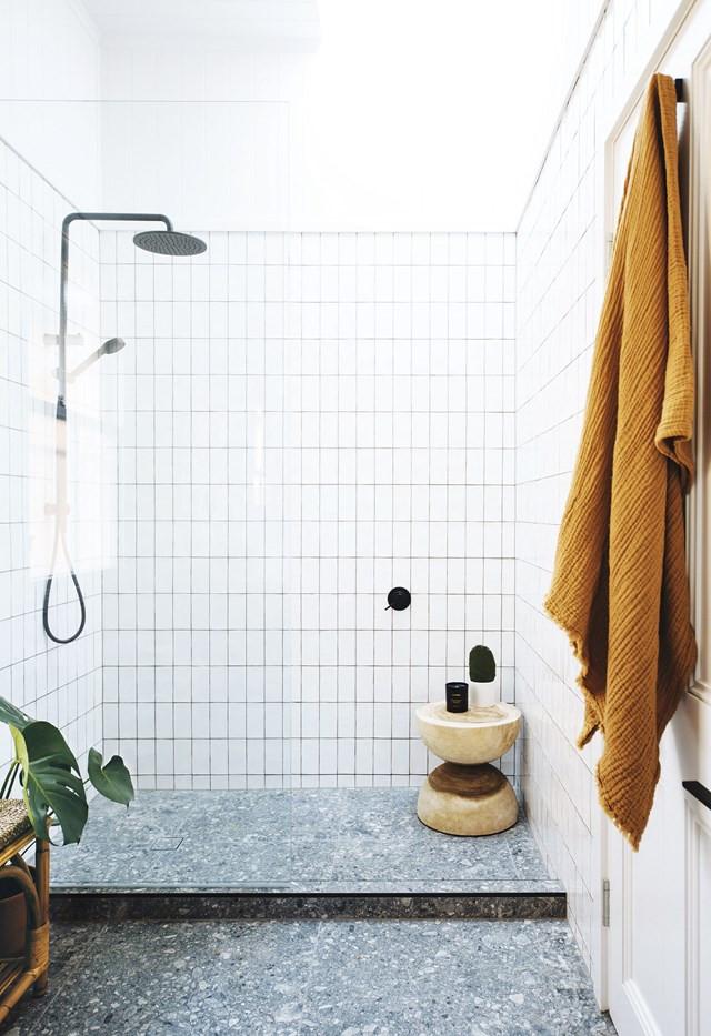 Scandinavische badkamer met handgevormde tegels en terrazzo vloertegels