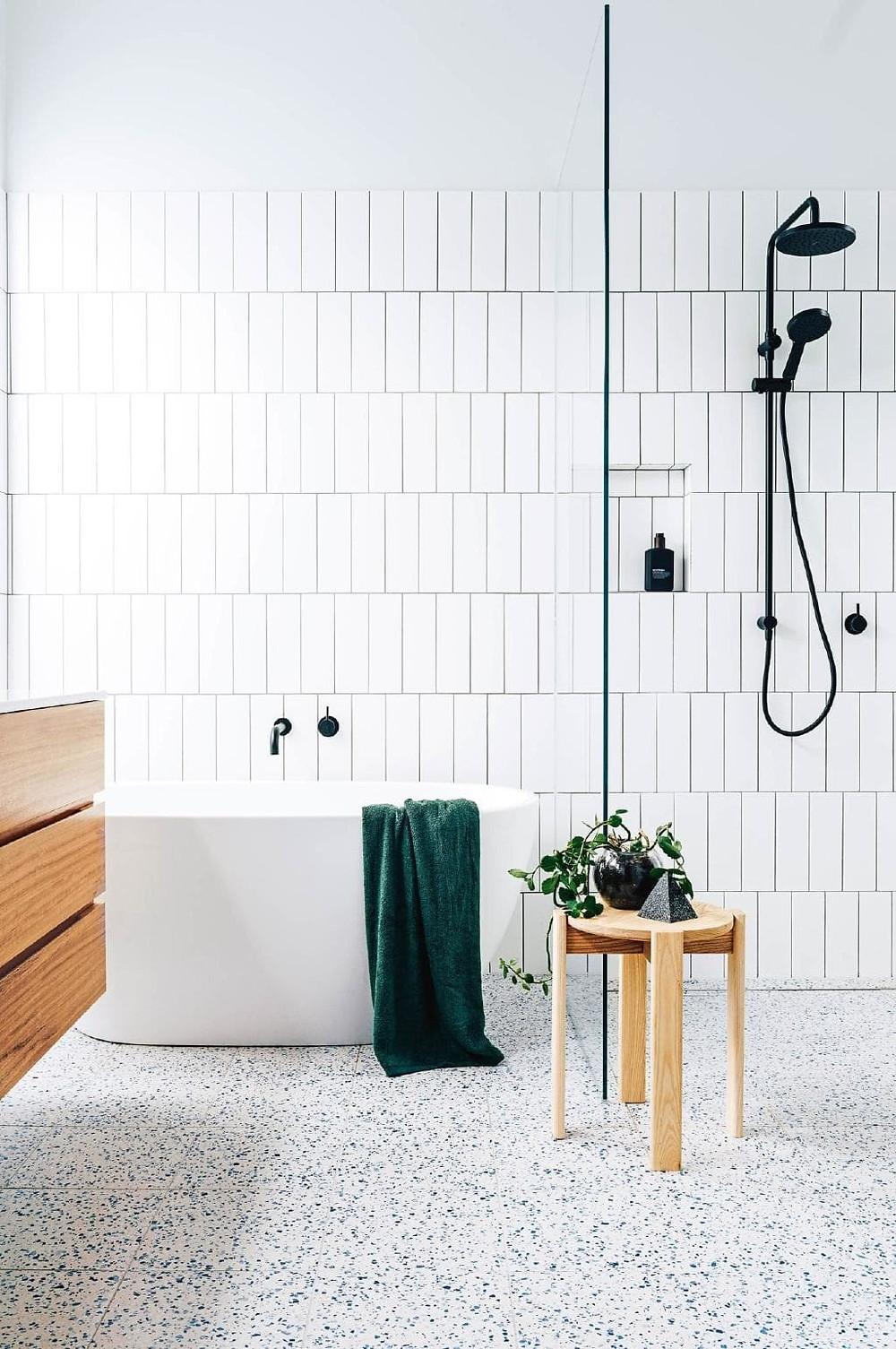 Scandinavische badkamer met witte tegels terrazzo op de vloer