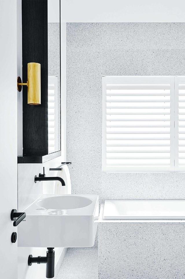 Scandinavische badkamer met licht grijze terrazzo tegels