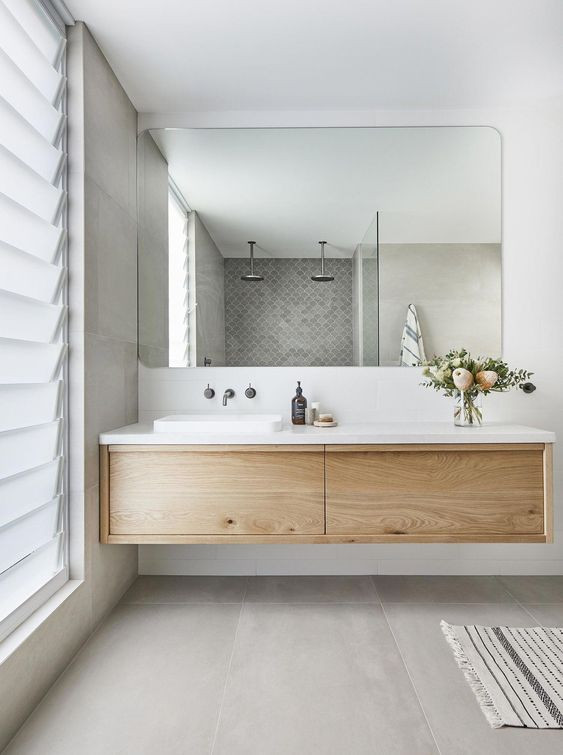 Groot badmeubel, soft betonlook groot formaat tegels en een eiken houten badmeubel.