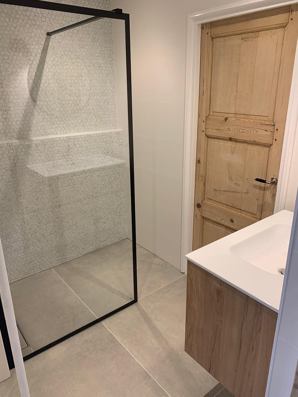 Classy stoere badkamer met mozaïektegels en 90x90 betonlook tegels