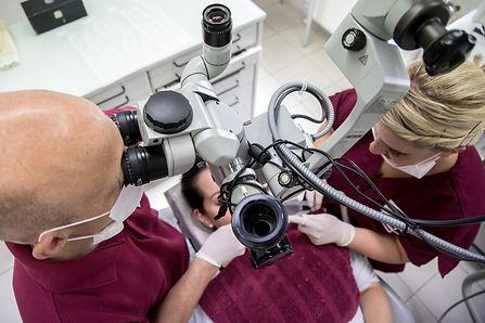 Wurzelkanalbehandlung mit Dentalmikroskop.jpg