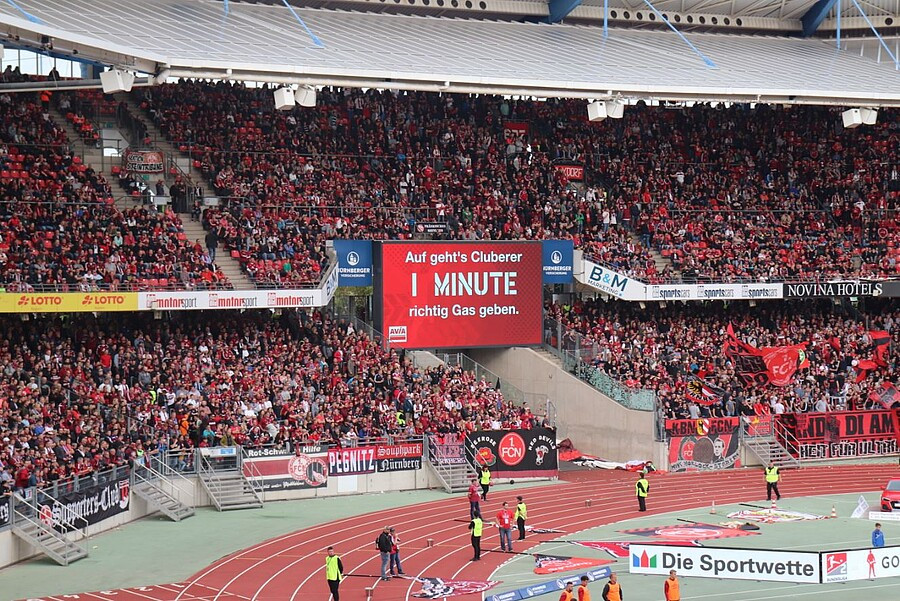 Bande der B&M Marketing GmbH im Max-Morlock-Stadion des 1.FC Nürnberg beim 5:2 Sieg des 1.FC Nürnberg über Bayern München