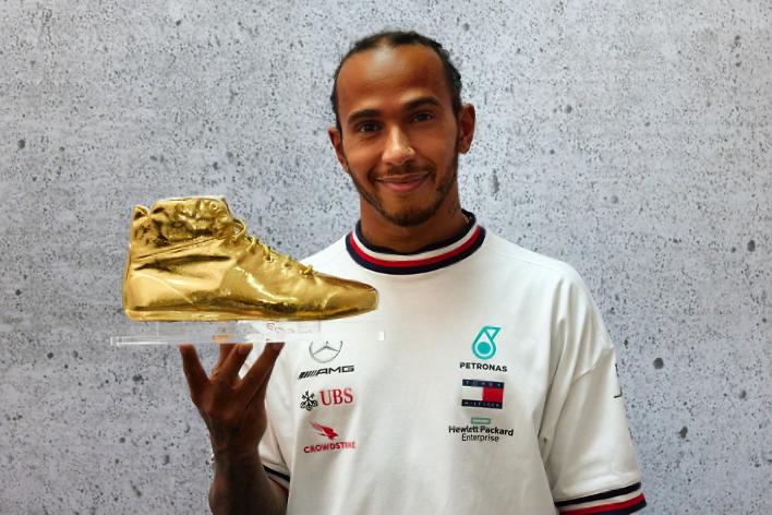 """Lewis Hamilton mit dem goldenen Schuh, der Trophäe für den AUTO BILD MOTORSPORT """"Fahrer des Jahres"""" Award"""