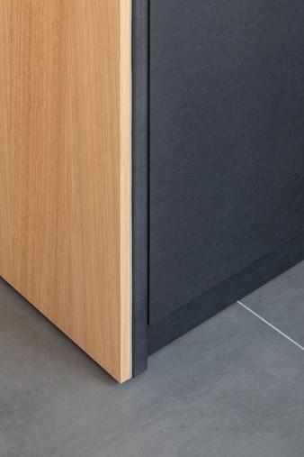 Dettaglio della zona lavaggio: l'arredo è realizzato in MDF nero colorato in pasta