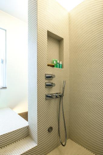 doccia-vasca in mosaico dama
