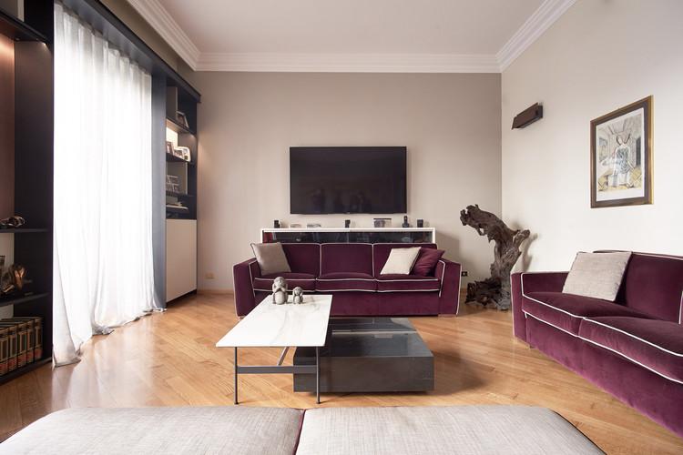 angolo tv con divani realizzati su disegno e misura in velluto dedar e tavolini su disegno