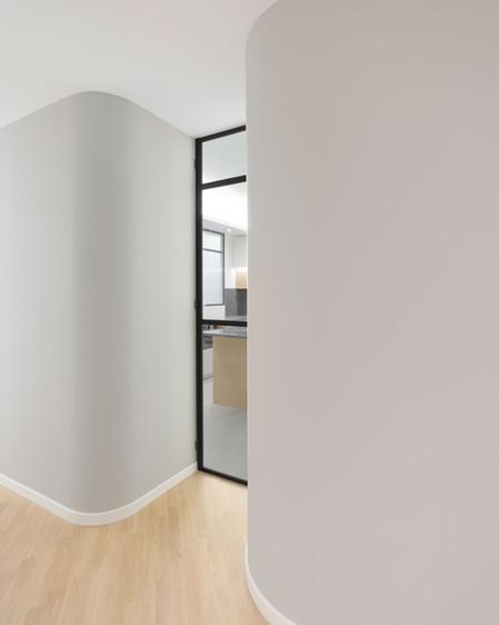 la porta della cucina tra due angoli stondati