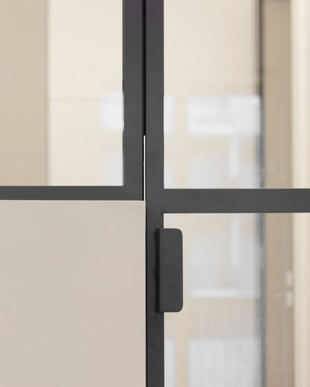 la porta a vetri della cucina, dettaglio