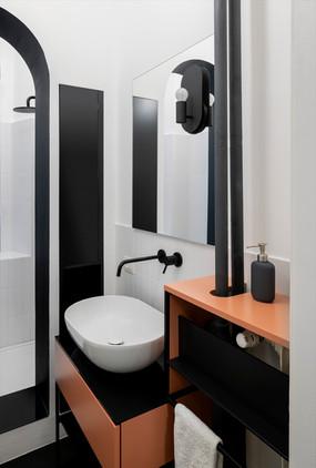 bagno, lato lavabo in appoggio su arredo su misura