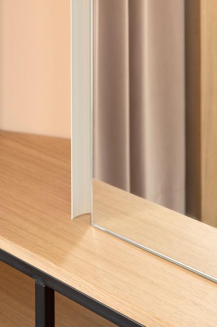 Dettaglio dello specchio con illuminazione integrata