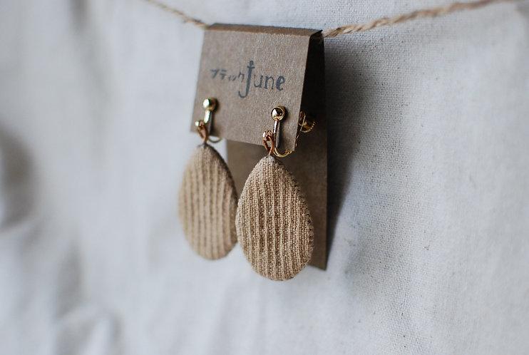 保多織イヤリング コーヒー染め 雫型 手縫いチャーム 香川の伝統工芸品「保多織」を使っています*