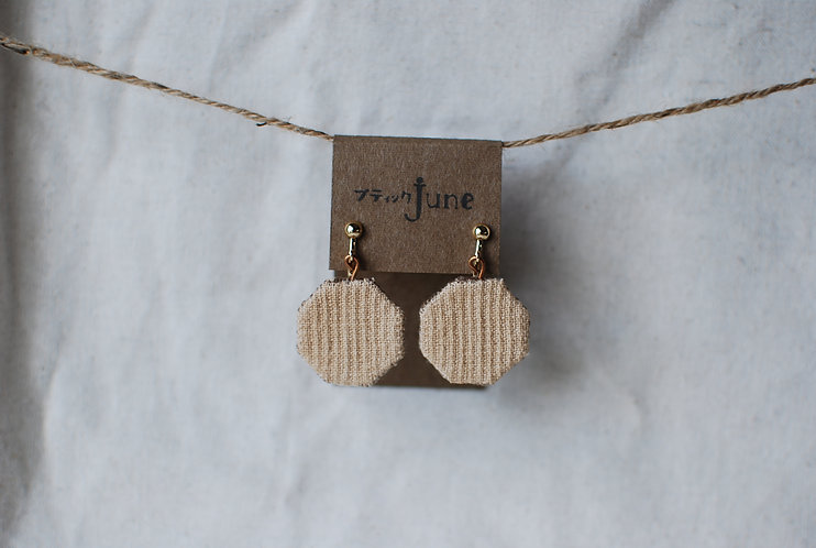 保多織イヤリング コーヒー染め 六角形 手縫いチャーム 香川の伝統工芸品「保多織」を使っています*