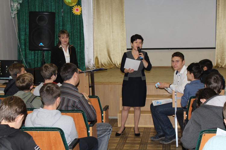 Сертификаты участникам вручает директор лицея Ефименко А.Ю.