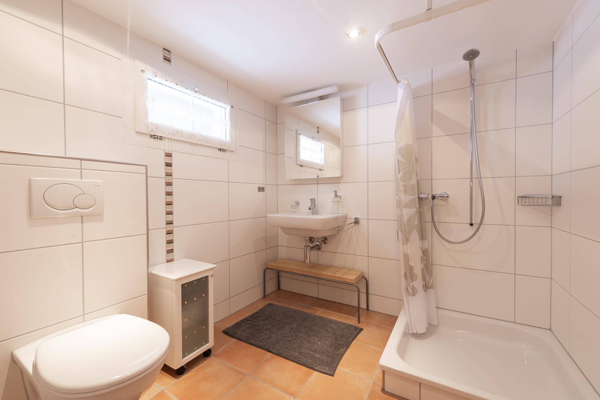 Badezimmer mit WC, Lavabo und Dusche