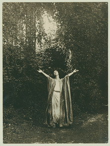 Isadora Duncan. Image courtesy of the Jerome Robbins Dance Division, The New York Public Library for the Performing Arts, Astor, Lenox and Tilden Foundations.