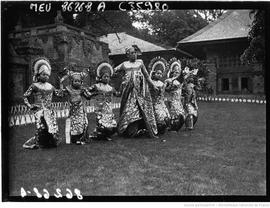 Exposition Coloniale, pavillon de la Hollande : danseuses de Bali : [photographie de presse] / Agence Meurisse