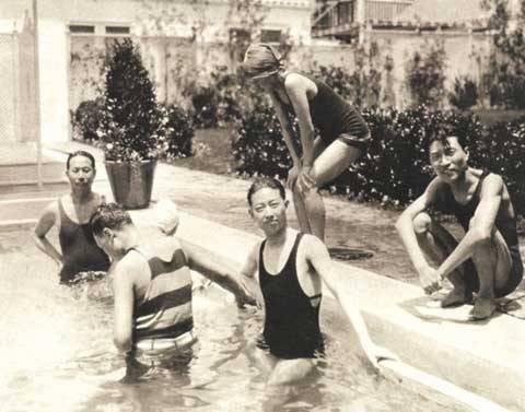 Mei Lanfang swims in Los Angeles-based villas of the American movie stars Van Punk and Mary Sankerk.