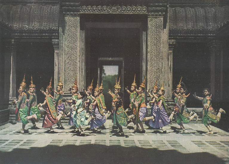Danses cambodgiennes dans le temple d'Angkor (procédé en couleurs Finlay)