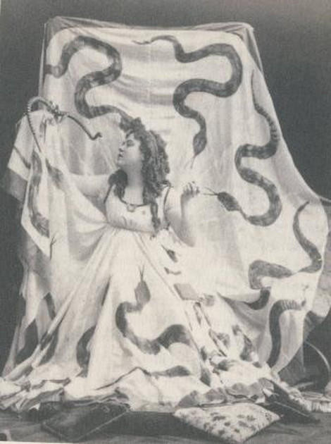 Photographic portrait of the dancer Loie Fuller (1862-1928), late nineteenth century.