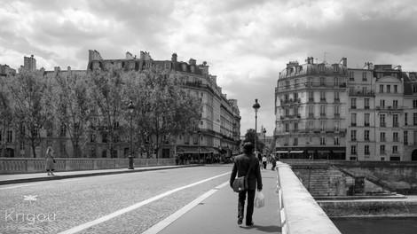 Sur un pont de Paris avec logo NB.jpg