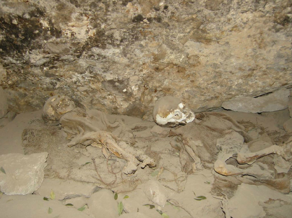 Les pentes du volcan abritent une grotte dans laquelle sont conservées plusieurs momies inca.