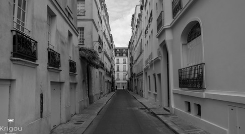 Rue_étroite_à_Paris_avec_logo_NB.jpg