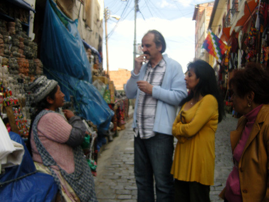 Initiation de mastication d'une feuille de coca par une cholita