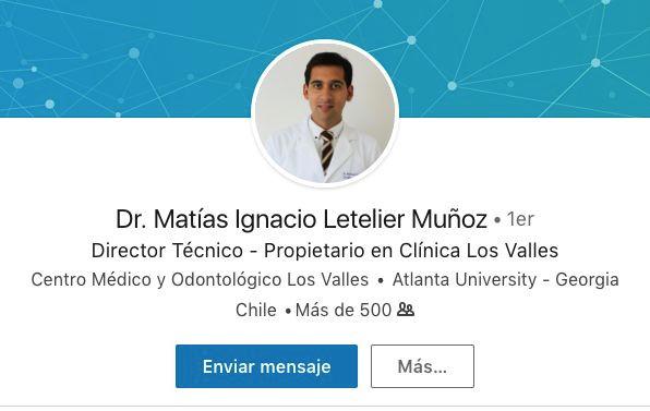 """Matías Letelier Muñoz, odontólogo de profesión, se autodenominó """"biespecialista"""" –como rehabilitador e implantólogo- luego de cursar un programa en una institución brasilera no reconocida en este país, hasta que un grupo de excompañeros de la Universidad de Chile cuestionó públicamente la etiqueta. Además, asegura ser académico de su alma mater y egresado del diploma """"Cirugía bucal"""" a pesar de que la propia casa de estudios desmintió ambas informaciones en 2017. La Sociedad de Implantología Oral de Chile, de la cual dice ser miembro, también negó que Letelier figure en alguna de sus bases de datos."""
