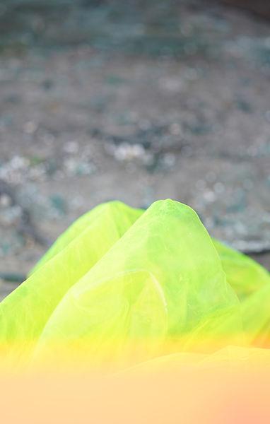 Neon moving 작업은  곧 철거되어 없어지고 사라질 개발공간에 가장 어울리지 않는 인공적인 색이면서  영원히 썩지도, 사라지지도 않을 것 같은  형광색 연질 pvc를 설치하고 촬영한 시리즈 입니다.  이번 Neon moving에는 땅에서 솟은 듯한 덩어리의 형태와,  여러 현장을 거치며 생긴 흔적, 깨진 유리조각들이 만드는 빛들이 담겨 있습니다.  FAST AND HEAVY #teaser #20_21 CJAS Artist Relay Project 2021. 02. 25 - 03. 07  #leejisook #neon #moving #latent #cycle  #mediaart #photography #installationart #전시 #개인전 #작품 #도시 #형광 #pvc