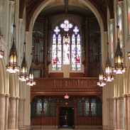自宅コンドミニアムの教会は当時のままの状態で維持され、アンティーク&インテリアコースで見学します。