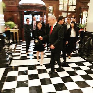 The Savoy Hotel Londonでイスラエルの首相に偶然お会いした際、世界共通マナープロトコールで挨拶させていただきました。
