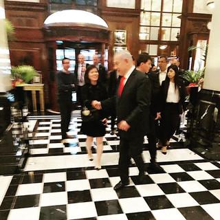 The Savoy Hotel Londonにて。偶然イスラエルのネタニエフ首相とお会いし、いざという場面で世界共通のプロトコールの挨拶の仕方が生かされました。写真は偶然ロビーに居合わせた、シカゴからのアメリカ人旅行者の素敵なご夫妻が「すばらしい行動!」と写真を撮って下さっていて、わざわざ渡して下さいました。 海外でアメリカ人の寛容さを改めて感じることが出来ました。偶然が重なった良き旅の思い出。