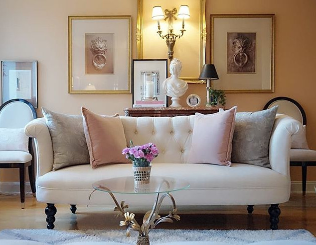 爽やかな良いお天気♪_お掃除を兼ねた部屋の模様替え。_ソファの背景作りに椅子を配