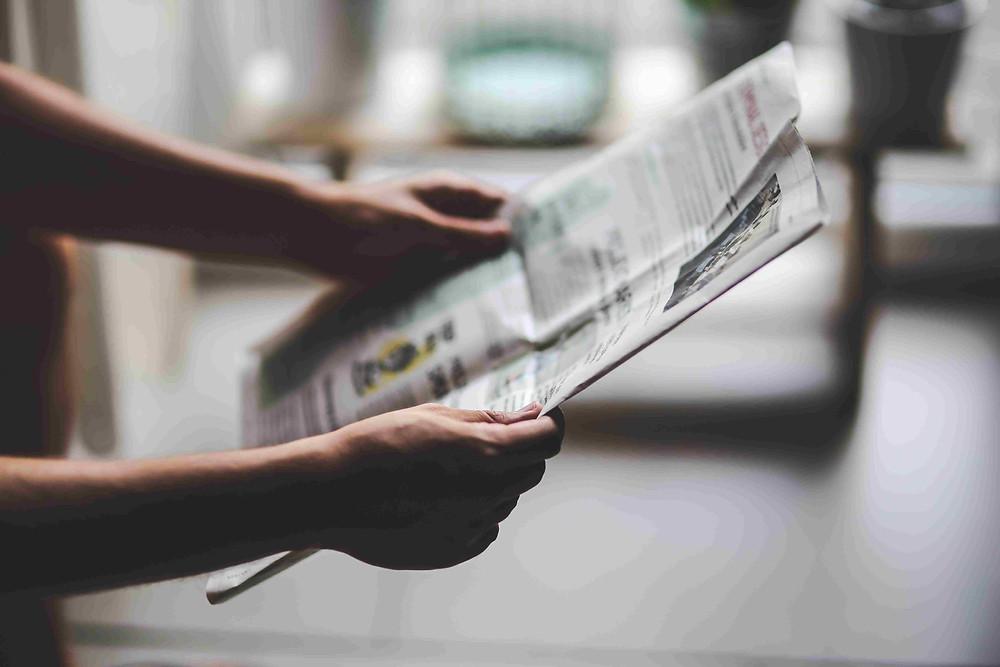 Homem lendo o jornal