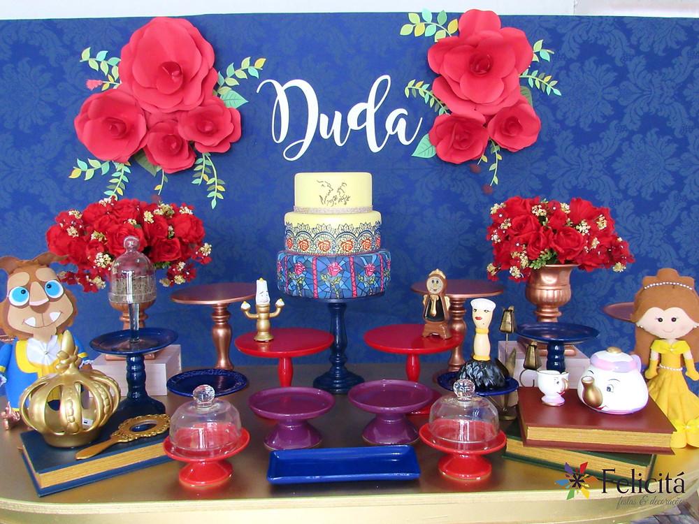 Flores confeccionadas em papel Colorset vermelho, folhagens impressas em papel Cançón, e nome confeccionado em gráfica.
