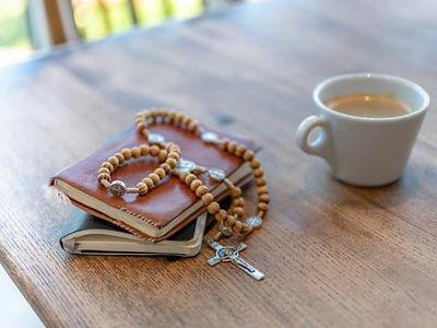 Daheim-beten-Hausgottesdienste-mehr.jpg