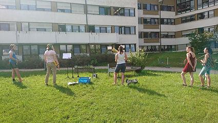 Jugendliche spielen vor Seniorenheim II.