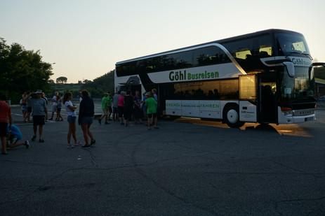 Nachtanfahrt mit dem Reisebus