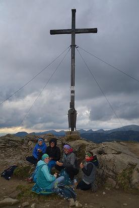 Familie Altmann vorm Gipfelkreuz.JPG