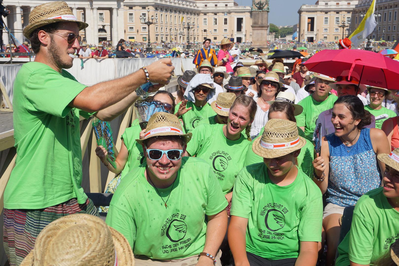 Tag der Papstaudienz - warten auf dem Petersplatz