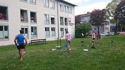 Jugendliche spielen vfor Seniorenheim.JP