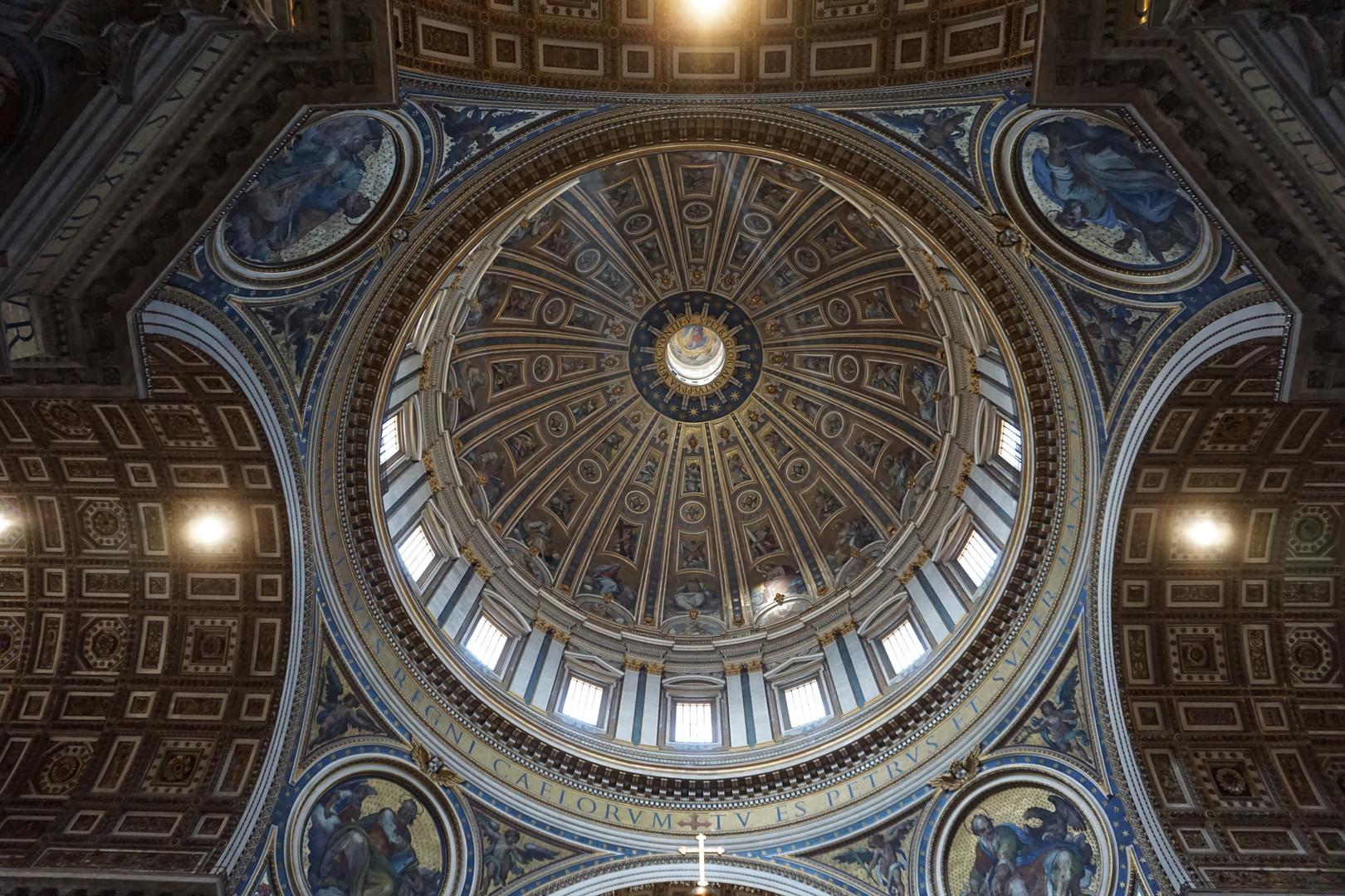 Die Kummpel des Petersdoms mit einem Durchmesser von 42 Meter