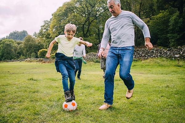 Jugando futbol deporte en la tercdera edad, preparador físico, gimnasia para mayores, entrenador personl valencia Madrid, Barcelona