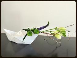 Composition dans bateau en papier